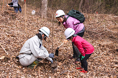 「森林(もり)の里親促進事業」植樹( 2017年4月29日)